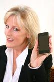 Attraktive 40 etwas Frau mit Mobiltelefon Lizenzfreies Stockbild