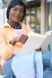 Attraktive African-Americanfrau, die ein Buch liest Lizenzfreie Stockfotos