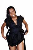 Attraktive Afroamerikaner-Frau, die nasses schwarzes Kleid hochzieht Lizenzfreie Stockfotos