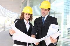 Attraktive Architekten auf Baustelle Lizenzfreies Stockbild