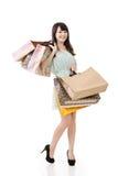 Attraktive asiatische Frau, die Einkaufstaschen hält Stockfotografie