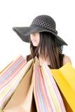 Attraktive asiatische Frau, die Einkaufstaschen hält Stockbilder