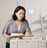 Attraktive asiatische Frau, die Exemplar erstellt. Stockfoto