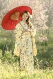 Attraktive asiatische Frau, die traditionellen Japaner trägt Stockfotos