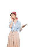 Attraktive asiatische Frau mit den Kopfschmerzen, die Smartphone halten Lizenzfreie Stockbilder