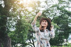 Attraktive asiatische Frau nehmen ein Foto und die Entspannung am Park Stockfoto