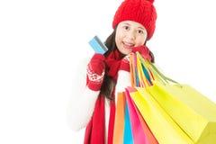 Attraktive asiatische Fraueneinkaufszahlung mit Kreditkarte Lizenzfreies Stockfoto
