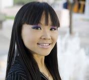 Attraktive asiatische Geschäftsfrau stockfoto