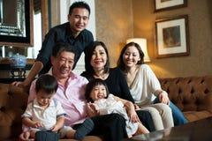 Attraktive asiatische Großeltern u. Familie Stockbilder