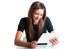 Attraktive asiatische indische Jugendfrau, die einen Tablettencomputer verwendet stockfoto