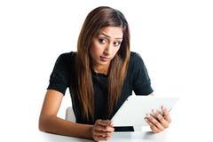 Attraktive asiatische indische Jugendfrau, die einen Tablettencomputer verwendet Stockbild