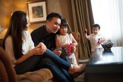 Attraktive asiatische vierköpfige Familie Stockbilder