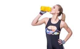 Attraktive athletische Frau, die nach Training mit dem Schüttel-Apparat lokalisiert über weißem Hintergrund sich entspannt Gesund Lizenzfreies Stockbild