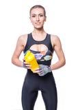 Attraktive athletische Frau, die nach Training mit dem Schüttel-Apparat lokalisiert über weißem Hintergrund sich entspannt Gesund Stockfoto