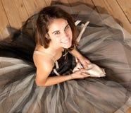 Attraktive Ballerina, die Kamera betrachtet lizenzfreies stockbild
