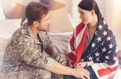 Attraktive Bedeckung der weiblichen Person selbst mit Flagge Stockbilder