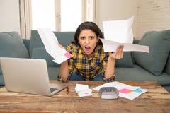 Attraktive betonte Leitungsfinanzen der Frau, Bankkonten, Lohnlisten unter Verwendung des Laptops wiederholend stockbild