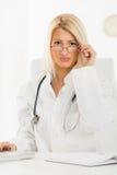 Attraktive blonde Ärztin Stockfotografie