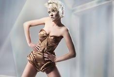 Attraktive blonde Aufstellung Lizenzfreie Stockfotografie
