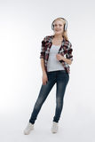 Attraktive blonde Aufstellung auf Kamera Lizenzfreies Stockbild