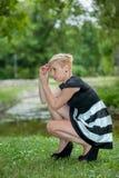 Attraktive blonde Aufstellung nahe dem See Lizenzfreies Stockfoto