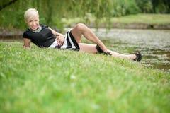 Attraktive blonde Aufstellung nahe dem See Lizenzfreies Stockbild