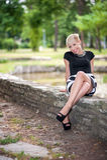 Attraktive blonde Aufstellung nahe dem See Lizenzfreie Stockfotos