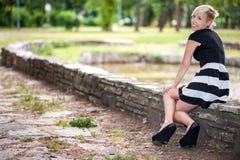 Attraktive blonde Aufstellung nahe dem See Stockfoto
