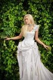 Attraktive blonde Braut in der Luxuskleidung Stockfotos