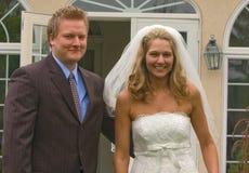 Attraktive blonde Braut mit ihrem neuen Bräutigam Stockfotos