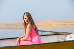 Attraktive blonde Dame auf dem Strand Lizenzfreie Stockbilder