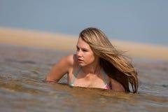Attraktive blonde Dame auf dem Strand Lizenzfreies Stockfoto