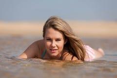 Attraktive blonde Dame auf dem Strand Stockfoto