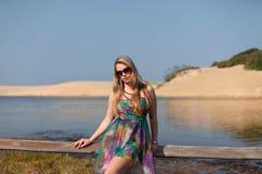 Attraktive blonde Dame auf dem Strand Stockbilder