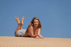 Attraktive blonde Dame auf dem Strand Lizenzfreie Stockfotografie