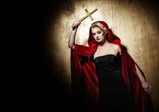 Attraktive blonde Dame mit einem goldenen Kreuz. Stockfotografie