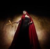 Attraktive blonde Dame mit einem goldenen Kreuz. Lizenzfreies Stockfoto