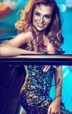 Attraktive blonde Dame mit einem Hollywood-Lächeln Lizenzfreie Stockfotos