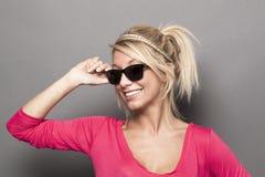 Attraktive blonde Dame mit raybans Lächeln Lizenzfreie Stockbilder