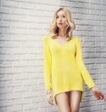 Attraktive blonde Damenaufstellung, weg schauend. Lizenzfreies Stockfoto