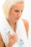 Attraktive blonde Eignungfrau mit Wasserflasche stockfotos