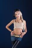 Attraktive blonde Frau auf blauem Hintergrund Lizenzfreie Stockbilder
