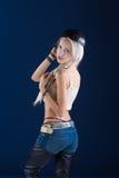 Attraktive blonde Frau auf blauem Hintergrund Stockbild