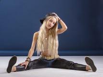 Attraktive blonde Frau auf blauem Hintergrund Lizenzfreies Stockfoto