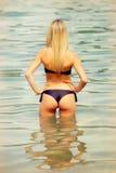 Attraktive blonde Frau auf dem Wasser Lizenzfreie Stockfotografie
