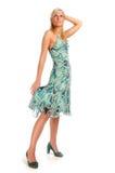 Attraktive blonde Frau in Blau gekopiertem Kleid Lizenzfreies Stockbild