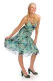 Attraktive blonde Frau in Blau gekopiertem Kleid Stockbild