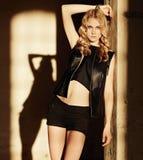 Attraktive blonde Frau in der schwarzen Kleidung Lizenzfreie Stockbilder