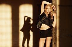 Attraktive blonde Frau in der schwarzen Kleidung Lizenzfreie Stockfotos