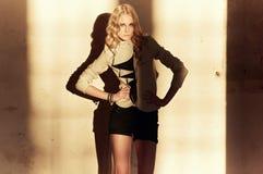 Attraktive blonde Frau in der schwarzen Kleidung Lizenzfreie Stockfotografie
